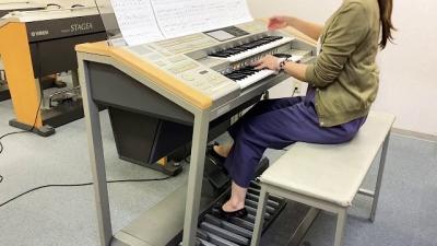 Mulher toca orquestra inteira apenas com um órgão