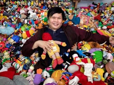 Homem filipino tem a maior coleção de brinquedos de fast food do mundo