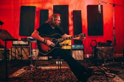 Barry Gibb lança clássicos dos Bee Gees em versões country