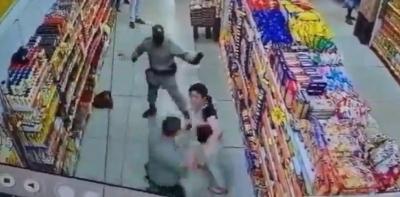 Mulher se recusa a usar máscara em mercado, saca faca e morde PM em Goiás