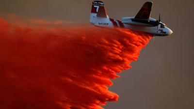 Vídeo mostra aviões combatendo os incêndios da Califórnia