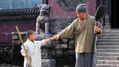 Vídeo mostra Jackie Chan sendo ensinado a lutar por criança