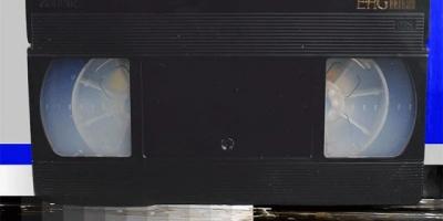 Derretendo uma fita VHS com acetona vaporizada