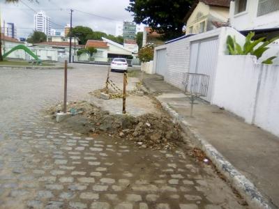 Entulhos em frente de uma casa