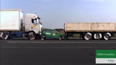 Quando um caminhão bate em um carro a apenas 43 km/h