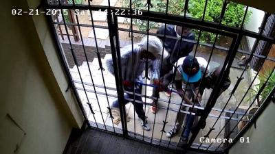 Quatro ladrões são derrotados por um portão