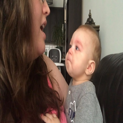 Bebê se emociona ao ouvir sua mãe cantando ópera