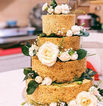Confeitaria faz sucesso com bolos de casamento feitos de macarrão instantâneo