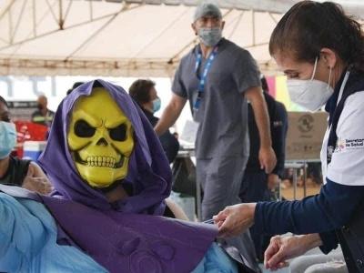 Esqueleto vai ao posto de saúde para se vacinar contra Covid-19