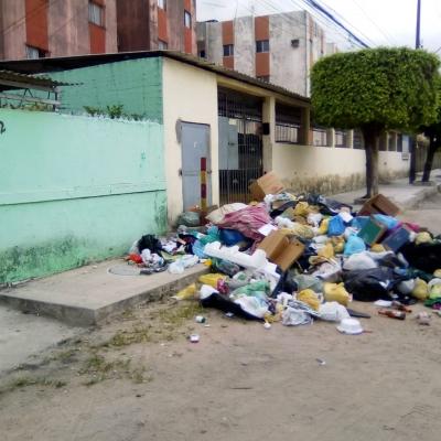 Muito lixo deixado em frente de prédio