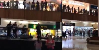 Banda começa a tocar tema do Titanic ao ver shopping alagando