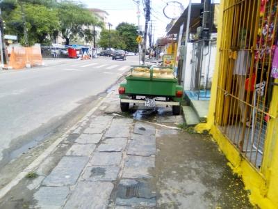Moto com gás na calçada