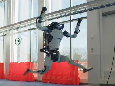 Boston Dynamics gravou um vídeo de seus robôs apresentando uma impressionante da