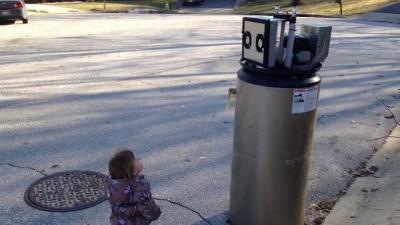 Menina confunde lixo com robô