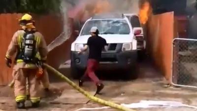 Homem ignora bombeiros e entra em incêndio, veja o porque