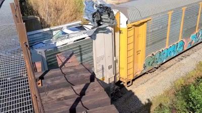 Trem tenta passar por baixo de ponte e causa 2 milhões em estragos