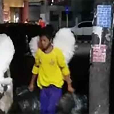 Anjos recolhendo o lixo