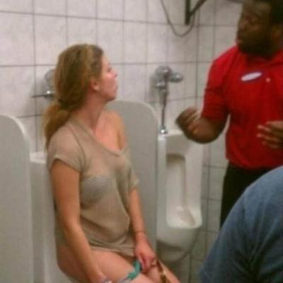 20 situações fora do normal que só acontecem em banheiro público