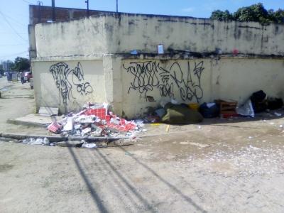 Lixo em muro de escola