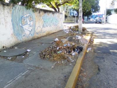 Muito lixo na Praça