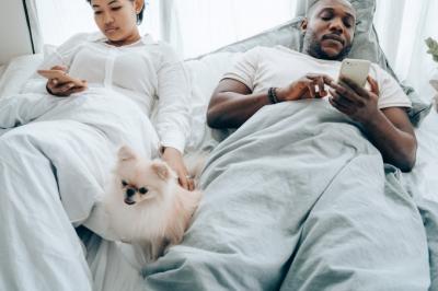 Uso de celular ou tablet na cama é prejudicial para o sono