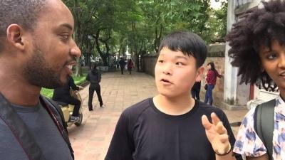 A reação de um asiático quando um negro fala seu idioma