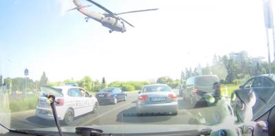 Helicóptero tem de fazer aterrissassem improvisada em estrada