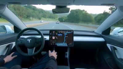 Mulher alega que bebê de 10 meses comprou software autônomo da Tesla de US$ 10 m