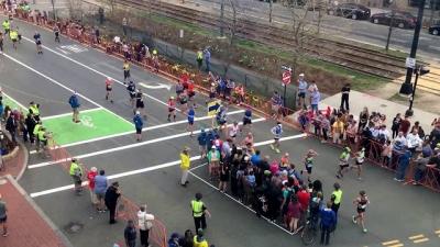 Como pedestres atravessam a rua durante a maratona?