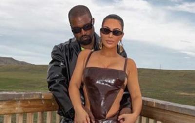 Kim Kardashian volta a Los Angeles após visitar Kanye West