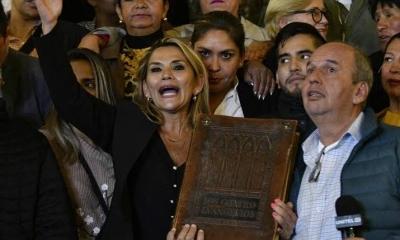 """A Bíblia volta ao palácio"", diz nova presidente da Bolívia"