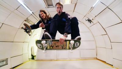 Tony Hawk testa suas manobras em gravidade zero