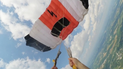 Paraquedas fica preso a quase 100 metros de altura