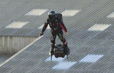 Inventor francês atravessa canal da mancha em um hoverboard; Assista