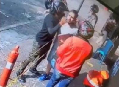 Ladrão tenta roubar celular, reconhece vítima e assalto termina em abraço