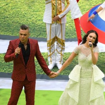 """""""Estava sob pressão"""", diz Robbie Williams sobre gesto na abertura da Cop"""