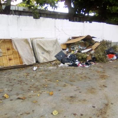Lixo em muro de hospital continua