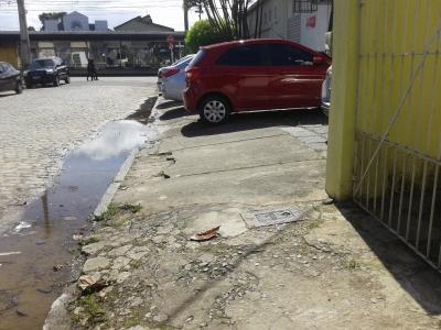 Carros em cima da calçada