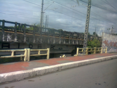 Ponte sem proteção para os pedestres
