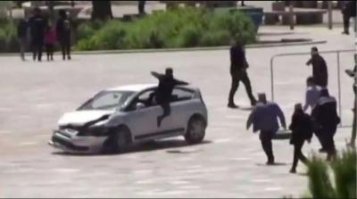 Homem dá voadora em janela de carro desgovernado na albânia