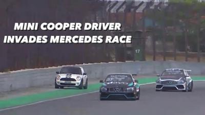 Motorista acidentalmente invade corrida profissional com seu Mini Cooper