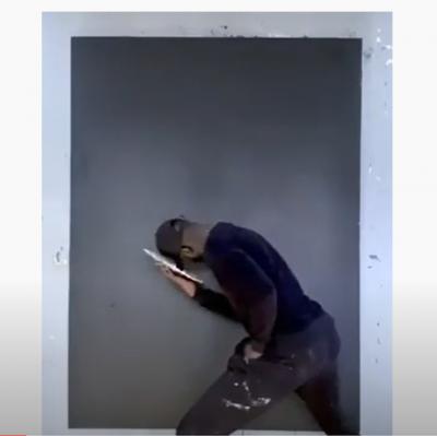 Homem pinta retrato de George Floyd usando apenas seu boné