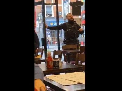Garçonete ignora ameaça terrorista e discuti com policial