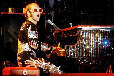 Elton John vai ganhar documentário na Netflix