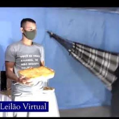 Só no Brasil esse tipo de coisa acontece, leilão de lasanha com padre na rede!