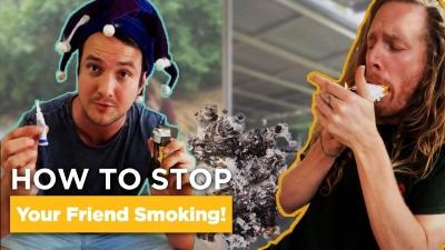 Homem tenta fazer seu amigo parar de fumar de maneiras divertidas e dolorosas