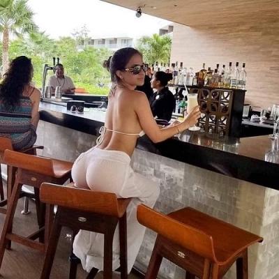 Um criador de galinhas vai ao bar local, senta-se ao lado de uma mulher e pede