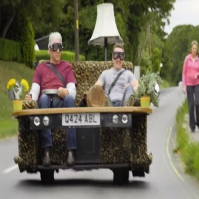 É um carro ou um sofá? Veja o sofá motorizado que faz sucesso no Reino Unido