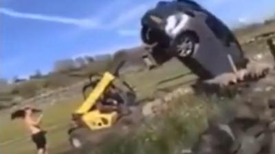 Fazendeiro se irrita e usa trator para tirar carro de propriedade
