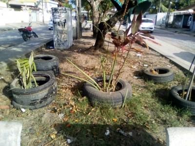 Praça cheia de pneus precisa ser fiscalizada
